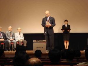 学会総会で、山口徹委員長(虎ノ門病院院長)から一人づつ認定された